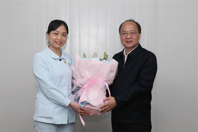 4廖品琥向该院周冬娜副主任护师送上鲜花,并送上新年慰问。.JPG