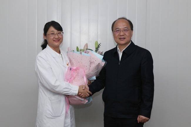 3廖品琥向该院郑晓文副主任医师送上鲜花,致以新春佳节的慰问。.JPG