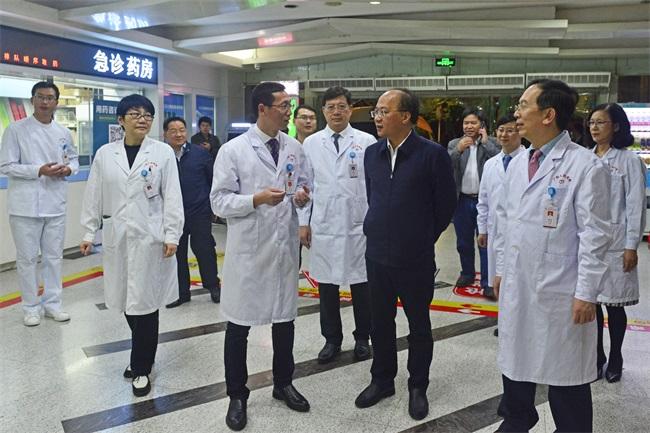 6廖品琥主任在自治区人民医院急诊科,与值班医生亲切交谈。.jpg